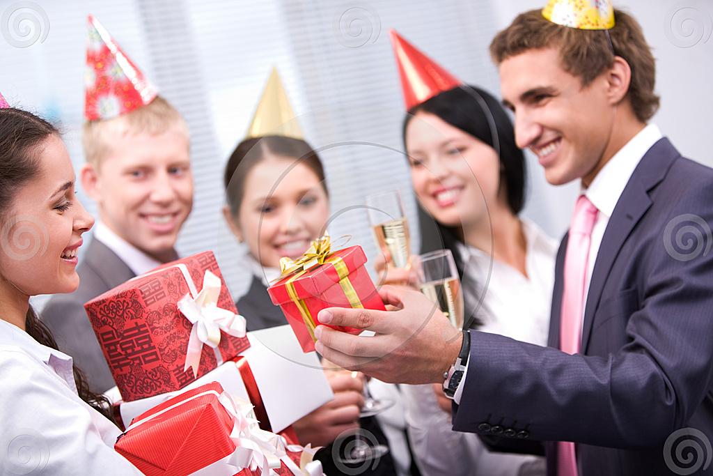 Подарок на день рождение для молодежи