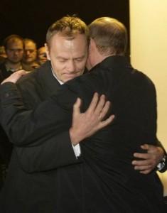Istoriniu skelbiamas D.Tusko ir V.Putino apsikabinimas Smolenske